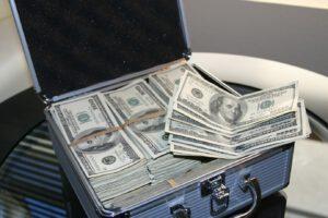 Ein Koffer mit US-Dollar-Bündeln